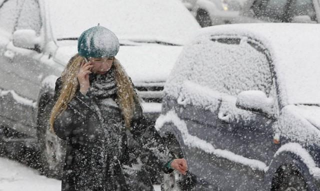 snegopad_devushka_doroga_avto