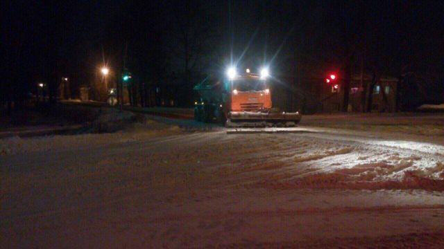 Сегодня на улицах города в связи с большим снегопадом МБУ «Благоустройство» ведет активную работу по расчистке городских улиц.
