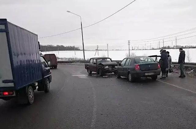 В Калининском районе пьяный водитель совершил ДТП в результате которого пострадали два человека